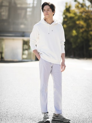 Cómo combinar: sudadera con capucha blanca, pantalón chino blanco, tenis de ante grises