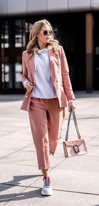 Cómo combinar: sudadera con capucha gris, blazer rosado, pantalón de vestir rosado, deportivas grises