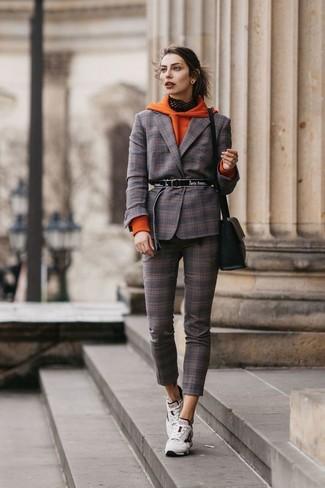 Cómo combinar: sudadera con capucha naranja, blazer de tartán en marrón oscuro, pantalones pitillo de tartán en marrón oscuro, deportivas blancas
