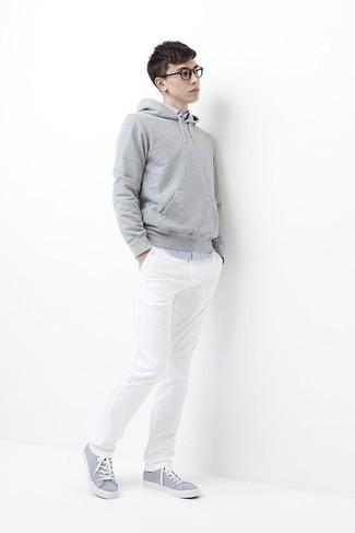 Cómo combinar una sudadera con capucha gris: Ponte una sudadera con capucha gris y un pantalón chino blanco para conseguir una apariencia relajada pero elegante. Tenis de lona celestes son una opción perfecta para complementar tu atuendo.