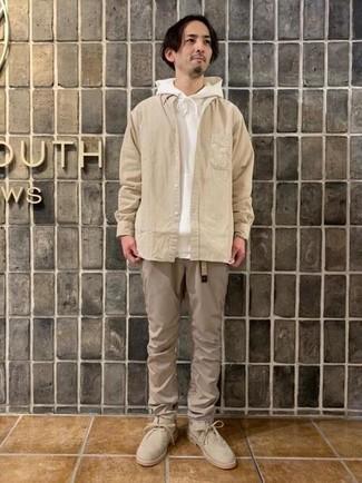 Cómo combinar una sudadera con capucha blanca: Usa una sudadera con capucha blanca y un pantalón chino marrón claro para lidiar sin esfuerzo con lo que sea que te traiga el día. Botas safari de ante en beige son una forma sencilla de mejorar tu look.