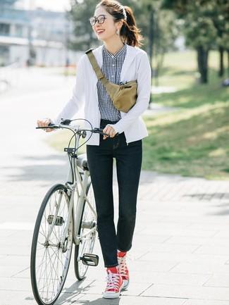 Cómo combinar: sudadera con capucha blanca, camisa de vestir de cuadro vichy en negro y blanco, vaqueros pitillo azul marino, zapatillas altas de lona rojas