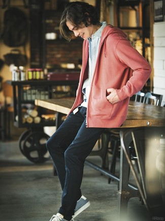 Cómo combinar: sudadera con capucha roja, camisa vaquera celeste, camiseta con cuello circular blanca, pantalón chino negro