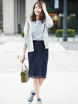 Cómo combinar: sudadera con capucha gris, camiseta con cuello circular de rayas horizontales en blanco y azul, falda lápiz de encaje azul marino, zapatillas altas de lona azul marino