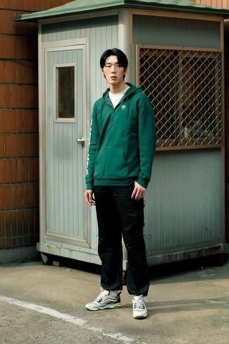 Outfits hombres en clima cálido estilo relajado: Usa una sudadera con capucha verde oscuro y un pantalón cargo negro transmitirán una vibra libre y relajada. ¿Quieres elegir un zapato informal? Opta por un par de deportivas en multicolor para el día.