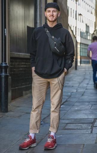 Cómo combinar unas deportivas rojas: Equípate una sudadera con capucha negra con un pantalón chino marrón claro para una vestimenta cómoda que queda muy bien junta. Haz este look más informal con deportivas rojas.