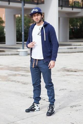 Cómo combinar: sudadera con capucha azul marino, camiseta con cuello circular estampada en blanco y negro, pantalón de chándal azul marino, zapatillas altas de cuero negras