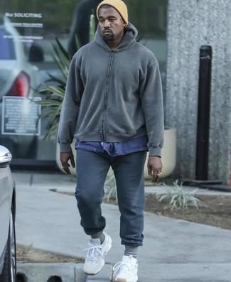Cómo combinar: sudadera con capucha en gris oscuro, camiseta con cuello circular azul marino, pantalón de chándal en gris oscuro, deportivas blancas