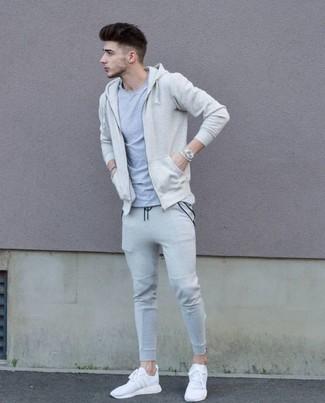 Cómo combinar: sudadera con capucha en beige, camiseta con cuello circular gris, pantalón de chándal gris, deportivas blancas