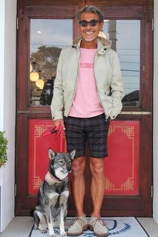 Cómo combinar: sudadera con capucha en beige, camiseta con cuello circular estampada rosada, pantalones cortos a cuadros negros, botas safari de ante grises