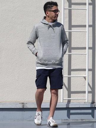 Cómo combinar una sudadera con capucha gris: Opta por una sudadera con capucha gris y unos pantalones cortos azul marino para una apariencia fácil de vestir para todos los días. Tenis de lona en blanco y negro son una opción grandiosa para completar este atuendo.