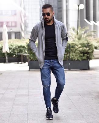 Cómo combinar: sudadera con capucha gris, camiseta con cuello circular negra, vaqueros desgastados azul marino, deportivas negras