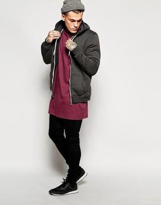 Cómo combinar: sudadera con capucha en marrón oscuro, camiseta con cuello circular burdeos, vaqueros pitillo negros, deportivas negras