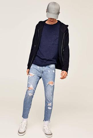Cómo combinar: sudadera con capucha negra, camiseta con cuello circular azul marino, vaqueros pitillo desgastados celestes, tenis blancos