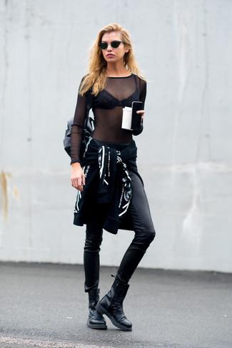 Cómo combinar: sudadera con capucha estampada en negro y blanco, camiseta de manga larga de malla negra, pantalones pitillo de cuero negros, botas planas con cordones de cuero negras