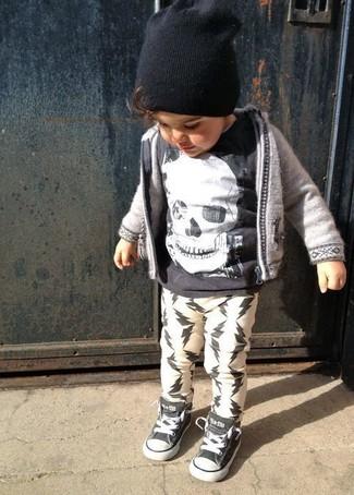 Cómo combinar: sudadera con capucha gris, camiseta negra, pantalón de chándal blanco, zapatillas negras