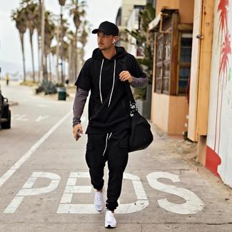 Cómo combinar: sudadera con capucha de manga corta negra, camiseta de manga larga en gris oscuro, pantalón de chándal negro, deportivas blancas