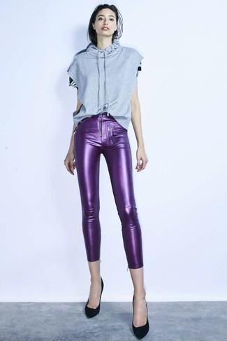 Cómo combinar: sudadera con capucha de manga corta gris, pantalones pitillo de cuero en violeta, zapatos de tacón de ante negros