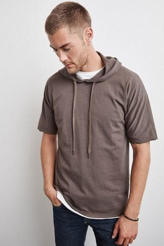 Cómo combinar: sudadera con capucha de manga corta marrón, camiseta con cuello circular blanca, vaqueros azul marino
