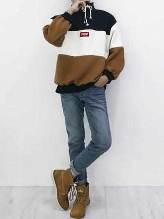 Cómo combinar: sudadera con capucha de rayas horizontales en multicolor, vaqueros azules, botas casual de ante marrónes