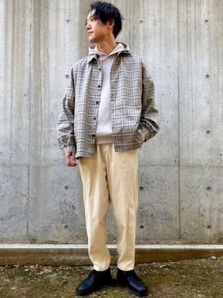 Cómo combinar una camisa de manga larga de tartán gris: Ponte una camisa de manga larga de tartán gris y un pantalón chino marrón claro para un look diario sin parecer demasiado arreglada. ¿Te sientes valiente? Usa un par de botas safari de cuero negras.
