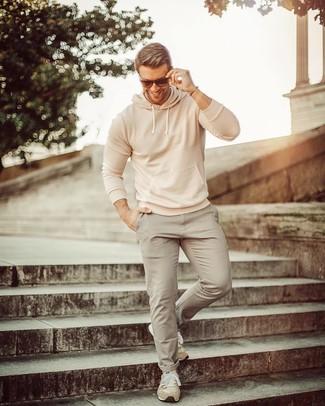 Cómo combinar: sudadera con capucha en beige, pantalón chino gris, deportivas de ante en beige