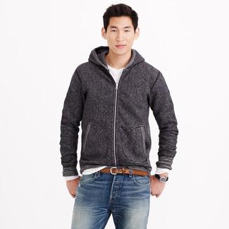 Cómo combinar: sudadera con capucha en gris oscuro, camiseta de manga larga blanca, vaqueros azules, correa de cuero marrón