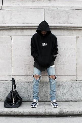 Cómo combinar: sudadera con capucha estampada en negro y blanco, vaqueros pitillo desgastados celestes, deportivas grises, bolsa tote de cuero negra