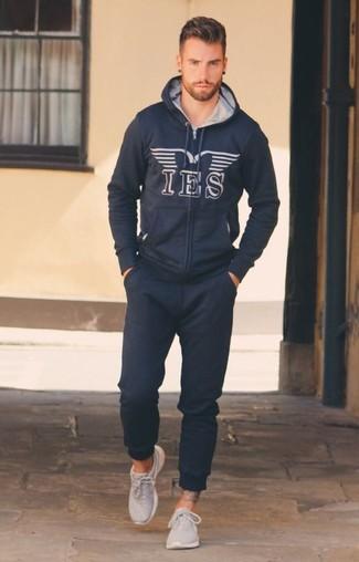 Cómo combinar: sudadera con capucha estampada azul marino, pantalón de chándal azul marino, deportivas grises