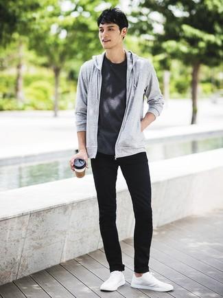 Cómo combinar: sudadera con capucha gris, camiseta con cuello circular en gris oscuro, vaqueros pitillo negros, tenis blancos