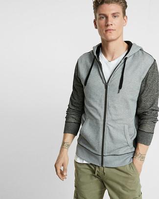 Cómo combinar: sudadera con capucha gris, camiseta con cuello en v blanca, pantalón cargo verde oliva