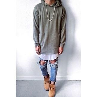 Cómo combinar: sudadera con capucha gris, camiseta sin mangas blanca, vaqueros desgastados azules, botas casual de ante marrón claro