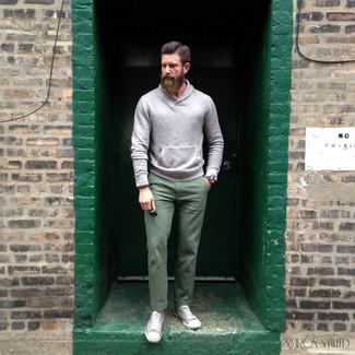 Cómo combinar: sudadera con capucha gris, pantalón chino verde, zapatillas altas de lona grises