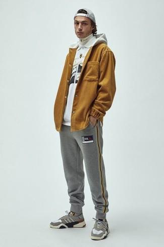 Cómo combinar: sudadera con capucha mostaza, jersey de cuello alto blanco, camisa polo estampada en blanco y negro, pantalón de chándal gris