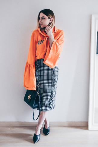 Este combo de una sudadera con capucha estampada naranja y una falda lápiz de tartán gris te permitirá mantener un estilo cuando no estés trabajando limpio y simple. Dale onda a tu ropa con zapatos de tacón de cuero negros.