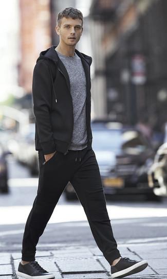 Look de moda: Sudadera con capucha negra, Camiseta con cuello circular gris, Pantalón de chándal negro, Tenis de cuero negros