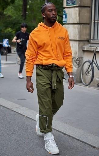 Outfits hombres en clima cálido estilo relajado: Ponte una sudadera con capucha naranja y un pantalón cargo verde oliva transmitirán una vibra libre y relajada. Completa el look con zapatillas altas de lona en verde menta.