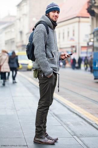 Cómo combinar: sudadera con capucha de punto gris, pantalón chino verde oliva, botas safari de cuero en marrón oscuro, mochila de lona azul marino