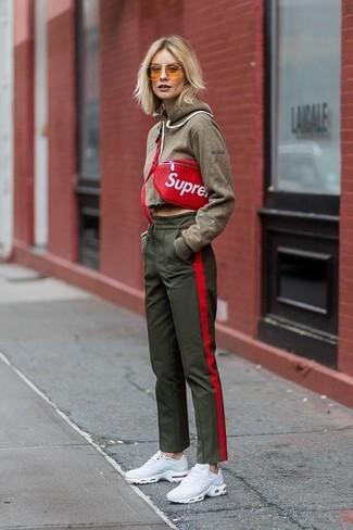 Cómo combinar: sudadera con capucha verde oliva, pantalón de chándal verde oliva, deportivas blancas, riñonera de cuero roja