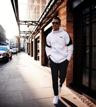 Cómo combinar: sudadera con capucha en blanco y negro, pantalón de chándal negro, tenis blancos, gafas de sol en marrón oscuro