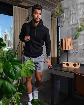 Cómo combinar unos calcetines blancos: Elige una sudadera con capucha negra y unos calcetines blancos para un look agradable de fin de semana. Con el calzado, sé más clásico y opta por un par de tenis de lona blancos.