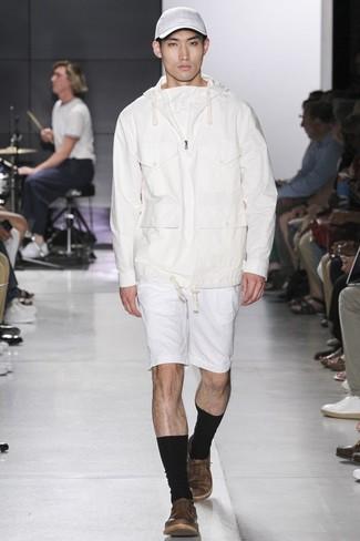 Cómo combinar: sudadera con capucha blanca, pantalones cortos blancos, tenis de cuero marrónes, gorra de béisbol blanca