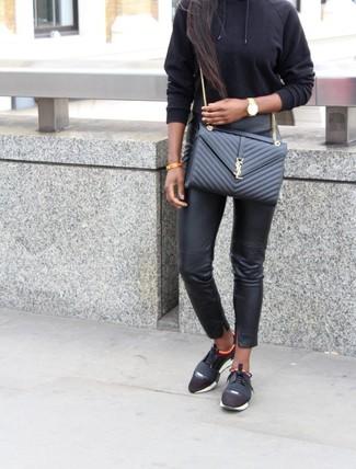 Cómo combinar: sudadera con capucha negra, pantalones pitillo de cuero negros, deportivas negras, bolso bandolera de cuero acolchado negro