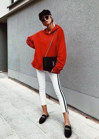 Cómo combinar: sudadera con capucha roja, pantalones pitillo de rayas verticales en blanco y negro, mocasín de ante negros, bolso bandolera de ante negro