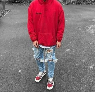 Cómo combinar: sudadera con capucha roja, camiseta con cuello circular blanca, vaqueros pitillo desgastados celestes, tenis de ante rojos