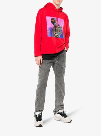 Cómo combinar una sudadera con capucha estampada roja: Intenta ponerse una sudadera con capucha estampada roja y unos vaqueros grises transmitirán una vibra libre y relajada. ¿Quieres elegir un zapato informal? Opta por un par de deportivas en beige para el día.