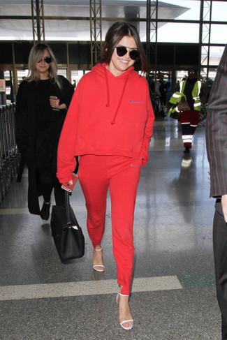 Look de moda: Sudadera con Capucha Roja, Pantalón de Chándal Rojo, Sandalias de Tacón de Cuero Blancas, Bolsa Tote de Cuero Negra