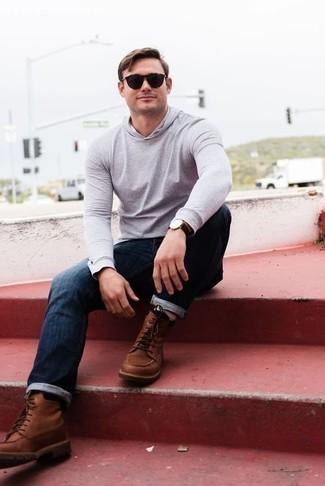 Cómo combinar una sudadera con capucha gris: Intenta combinar una sudadera con capucha gris con unos vaqueros azul marino para cualquier sorpresa que haya en el día. ¿Te sientes valiente? Usa un par de botas casual de cuero marrónes.