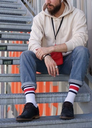 Cómo combinar: sudadera con capucha blanca, vaqueros azules, zapatos derby de cuero negros, monedero para el cuello rojo