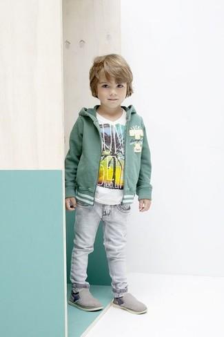 Cómo combinar: sudadera con capucha verde, camiseta blanca, vaqueros grises, zapatillas grises